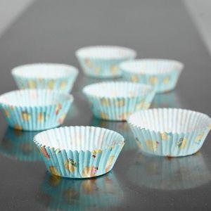 60 hellblaue Muffin Förmchen mit Cupcake Motiven